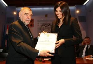 Glavna urednica informativnog programa Nove TV Iva Gačić prima Nagradu Centra Tripalo od predsjednika Centra Stjepana Mesića